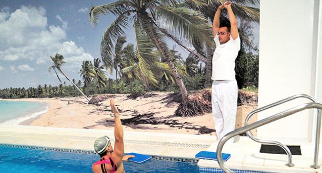Fisioterapeuta con un paciente en hidroterapia