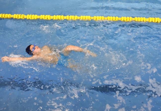niño espalda nadar piscina preescuela