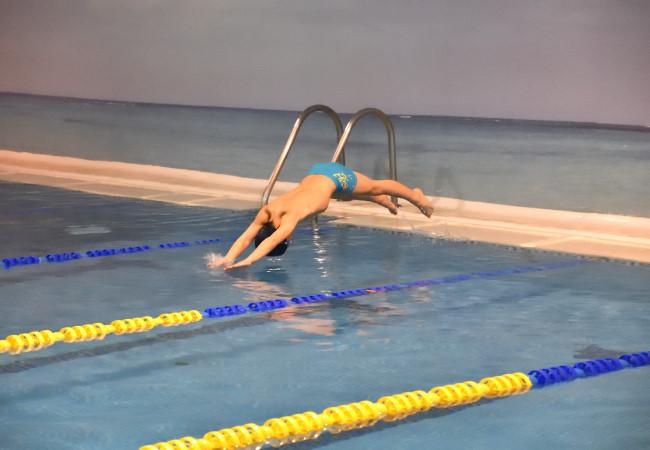 niños preescuela aprender piscina