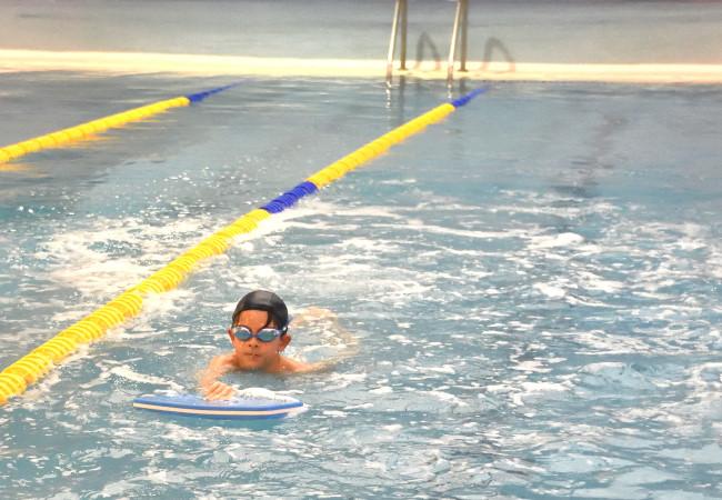 niño tabla aprender preescuela piscina