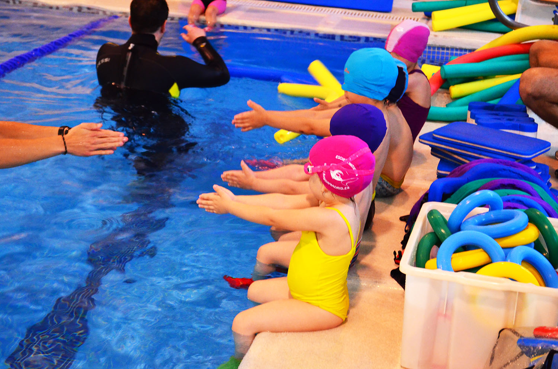 Clases de nataci n para ni os aprendizaje bah a madrid for Piscina bebe con parasol