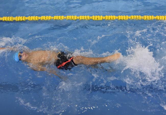 niño aprender escuela piscina