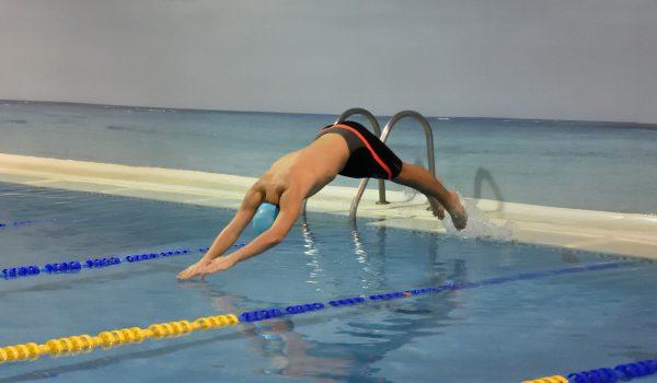 niños adolescentes perfeccionar piscina natacion