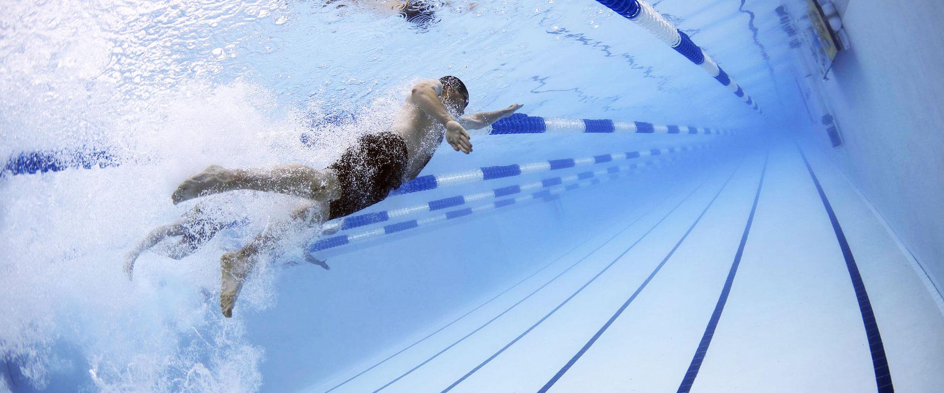 adulto nadando