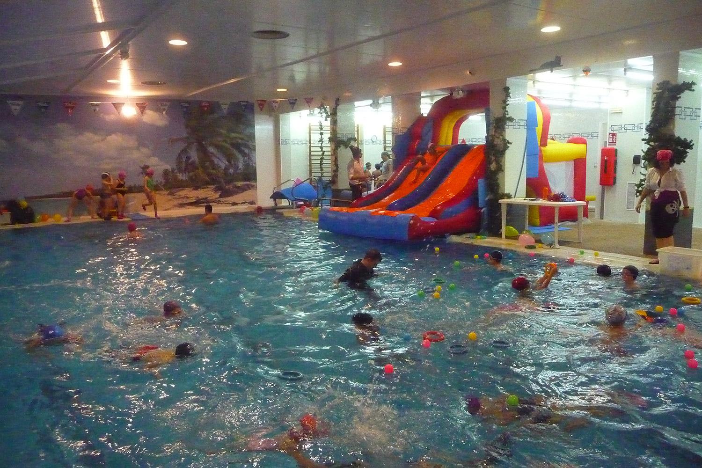 Niños agua jugando