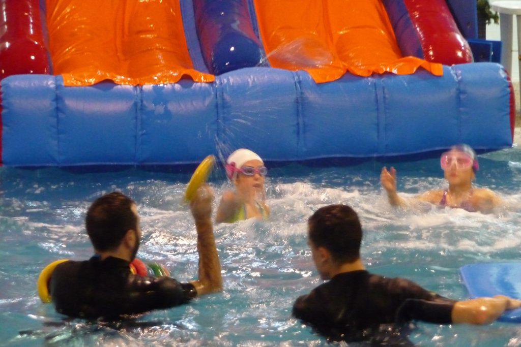niños y monitores en la piscina