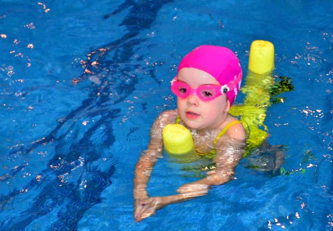 niña nadar aprendizaje intensivos