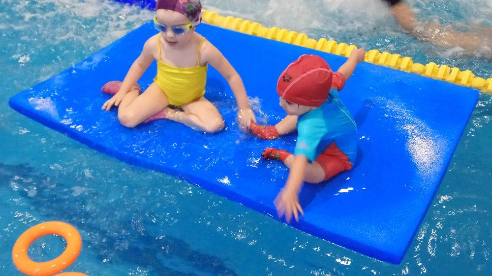 jugando aprendiendo niñas agua piscina